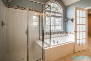 Ванная комната с душевой кабиной и ванной