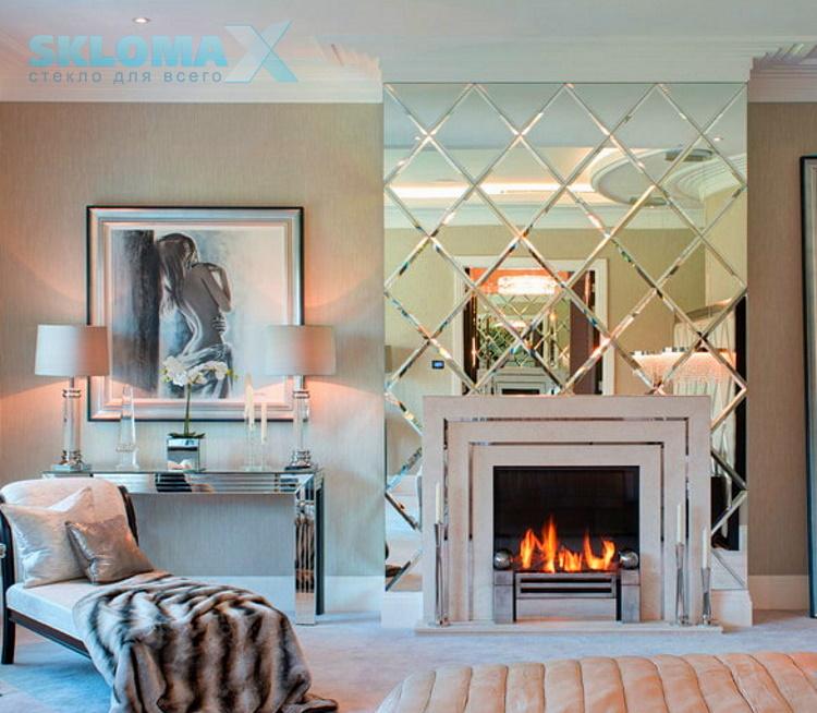 Зеркальная плитка в зале над камином Фото