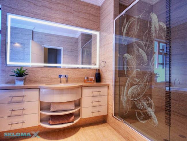 стеклянная шторка с рисунком в ванной