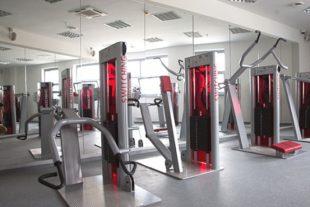 Зеркальная стена в фитнес клубе Фото