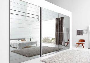 Стеклянная или зеркальная стена в современном интерьере
